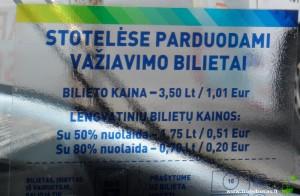 Ant kabinų atsiradę užrašai su bilietų kainomis eurais